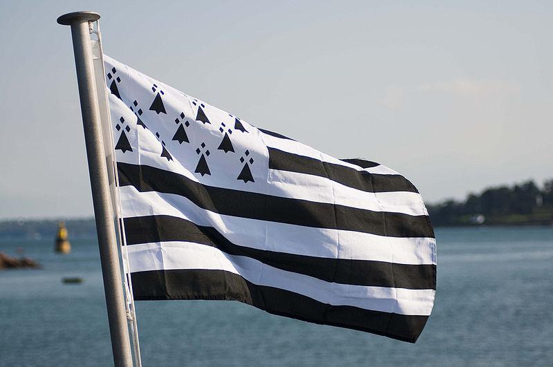 Drapeau breton face à la mer